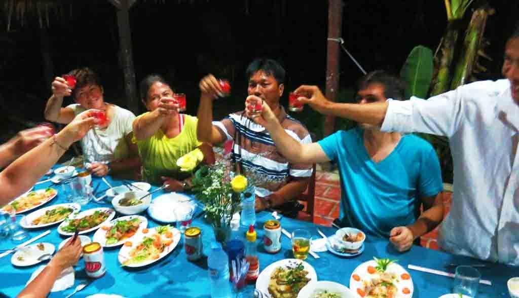 Vietnam Reisen - Abendessen im Homestay zusammen mit der Gastfamilie (Originalbild Mirango Travel)