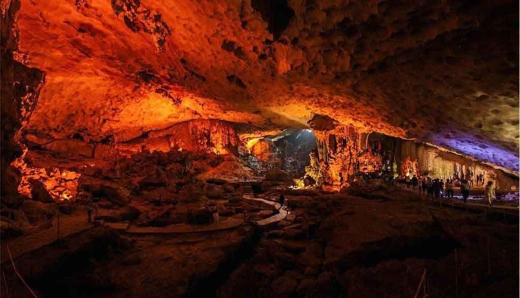Vietnam Reisen - Die grossen Höhlen in der Halong Bay sind farblich schön ausgeleuchtet
