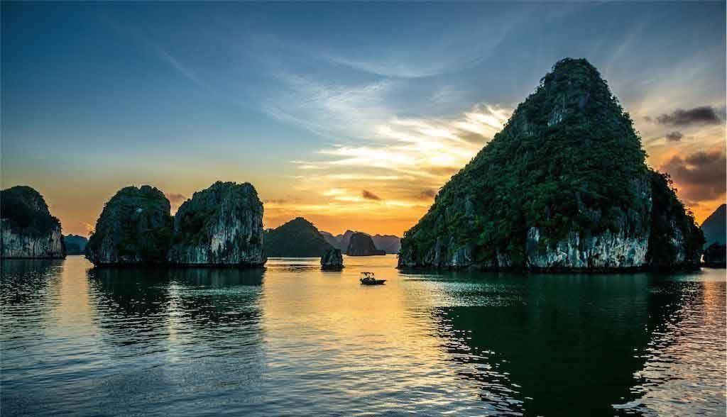 Vietnam Reisen - Wundervoller Sonnenuntergang auf der Halong Bay