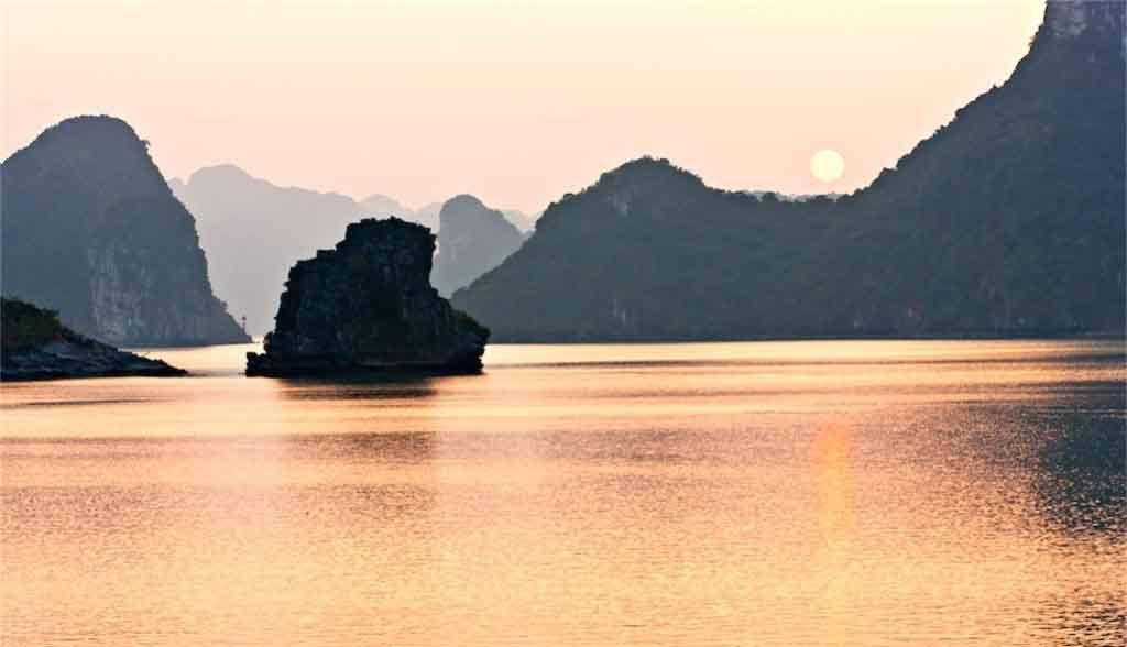 Vietnam Reisen - Die Halong Bay in der Abenddämmerung