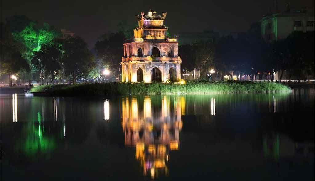 Vietnam Reisen - Die Pagode auf dem Hoan Kiem-See liegt mitten in der Altstadt von Hanoi