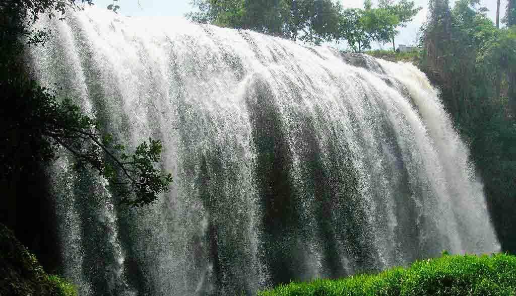 Vietnam Reisen - Wasserfall beim Ho-Chi-Minh-Pfad im zentralen Hochland (Originalbild Mirango Travel)