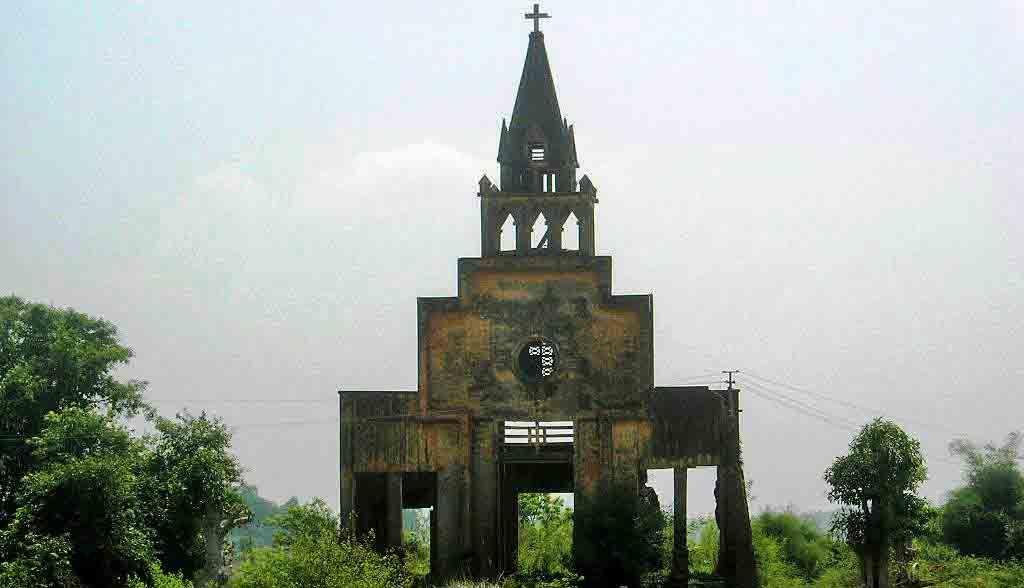 Vietnam Reisen - Eine ausgebrannte Kirche erinnern an die Bombardierungen im Vietnamkrieg (Originalbild Mirango Travel)