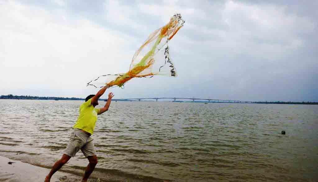 Vietnam Reisen - Sie lernen, wie man das Fischernetz korrekt auswirft (Originalbild Mirango Travel)