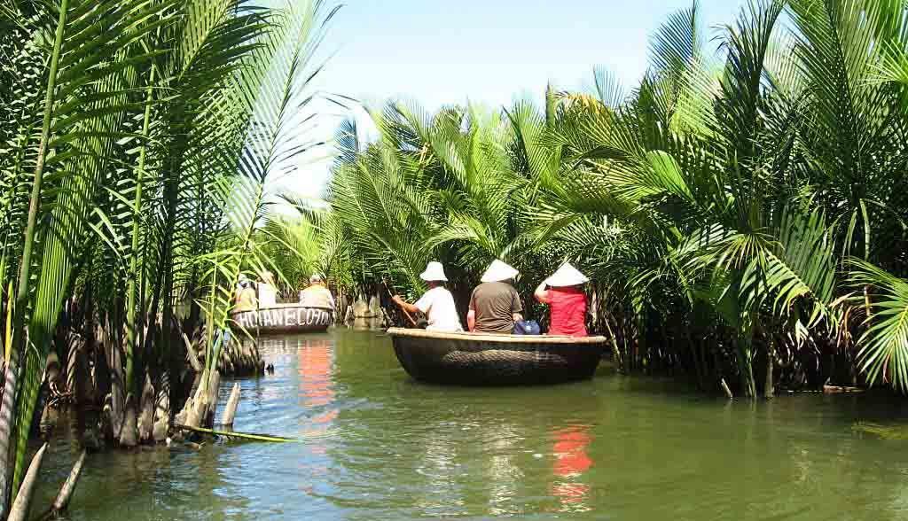 Vietnam Reisen - Exkursion mit dem Bambus-Boot durch Wälder von Wasserkokosnusspalmen