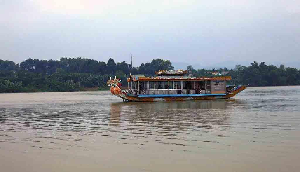 Vietnam Reisen - Drachenboot auf dem Parfum-Fluss in Hue (Originalbild Mirango Travel)