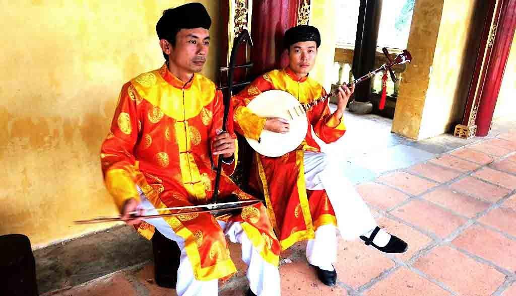 Vietnam Reisen - Ein- und zweisaitige traditionelle Instrumente, Königspalast Hue (Originalbild Mirango Travel)