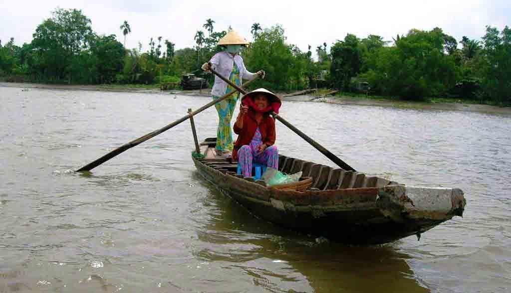 Vietnam Reisen - Ruderboot am Rande eines schwimmenden Marktes (Originalbild Mirango Travel)