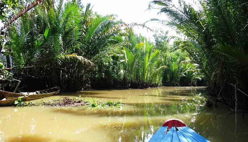 Vietnam Reisen - Mit dem Ruderboot gleiten Sie durch die engen Seitenkanäle (Originalbild Mirango Travel)