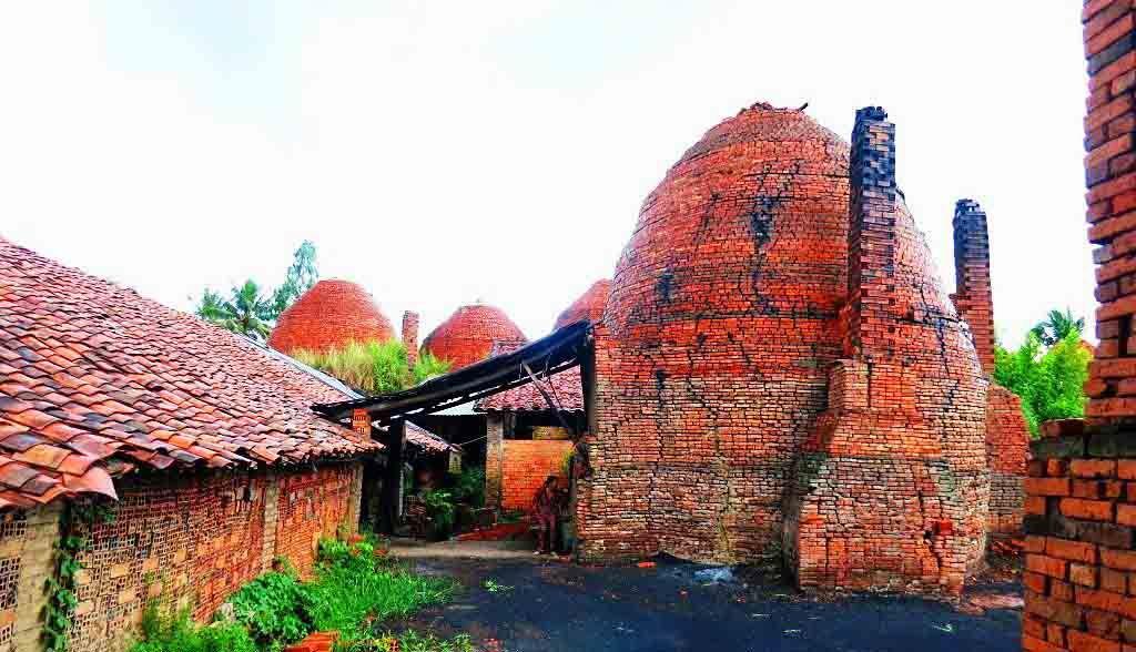 Vietnam Reisen - Sie besuchen traditionelle Backsteinbrennöfen (Originalbild Mirango Travel)