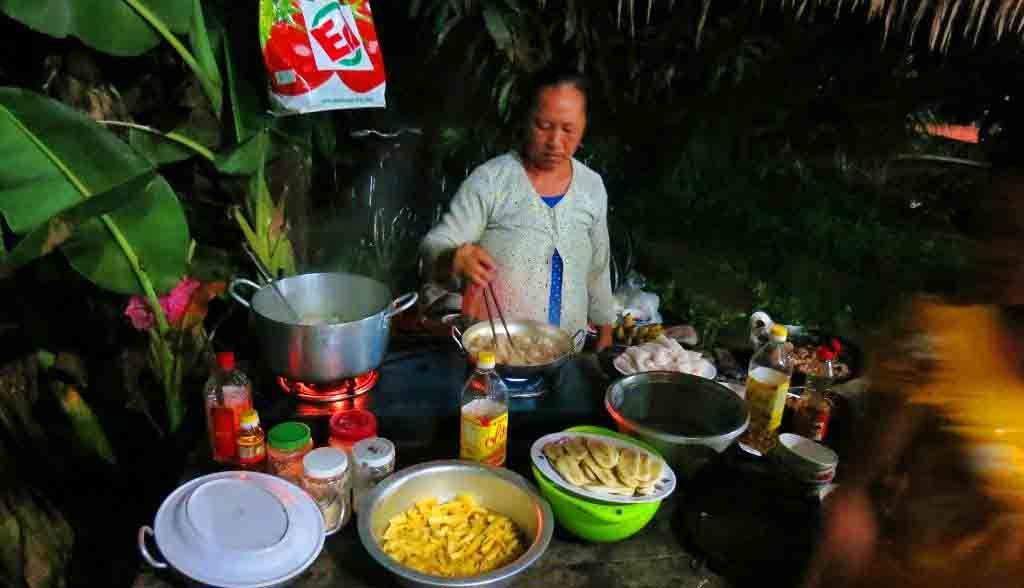Vietnam Reisen - Sie helfen mit, mit der Gastfamilie das Abendessen vorzubereiten (Originalbild Mirango Travel)