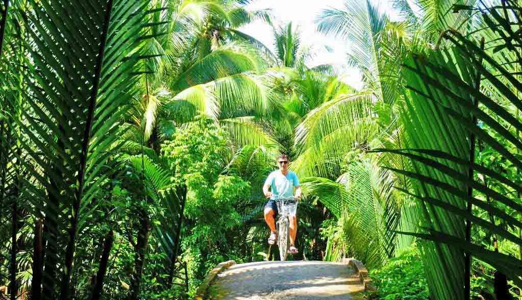 Vietnam Reisen - Mit dem Velo erkunden Sie auf keinen Seitengassen die Wälder im Mekong Delta (Originalbild Mirango Travel)