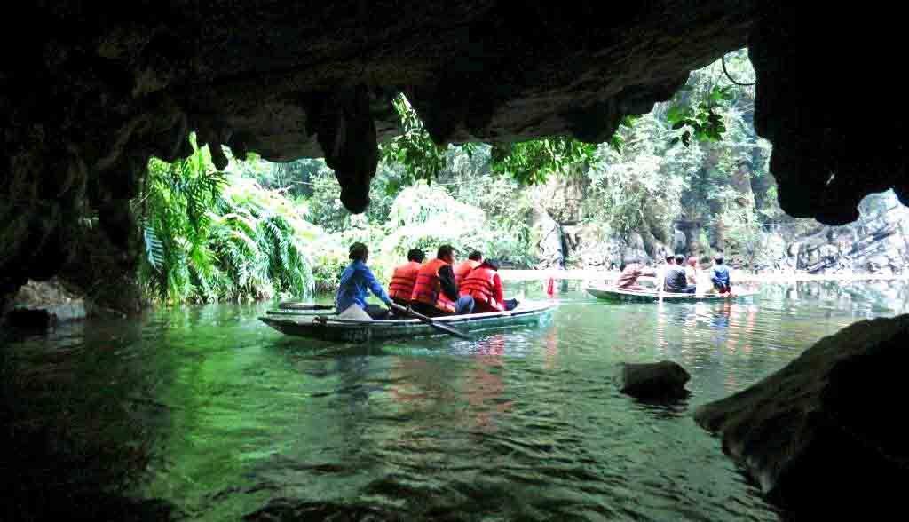 Vietnam Reisen - In der Wasserlandschaft von Trang An rudert man durch unzählige Höhlen (Originalbild Mirango Travel)