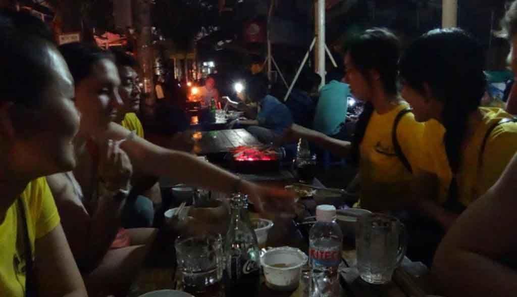 Vietnam Reisen - Das Team von Saigon Food Tours beim Essen