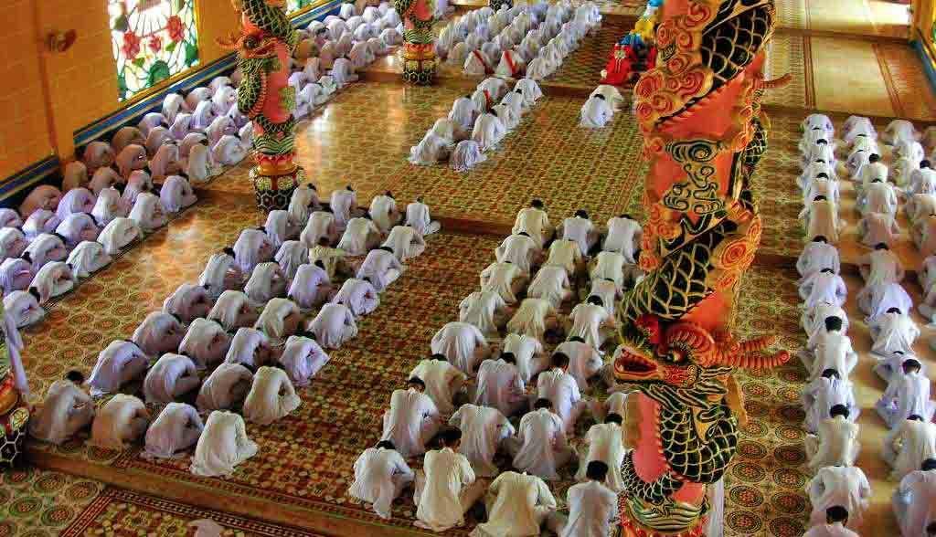 Vietnam Reisen - Farbige Zeremonie im Cao Dai Tempel von Ninh Binh (Originalbild Mirango Travel)