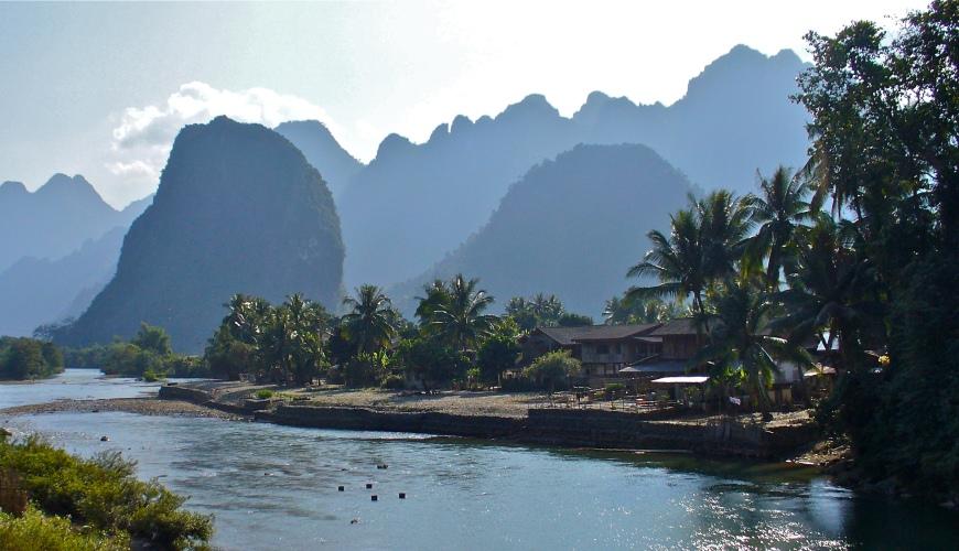 Die Landschaft um Vang Vieng in Nordlaos